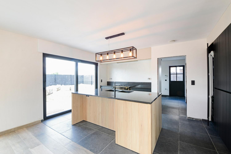 Keuken met tegelvloer Grove Bleu 60x60