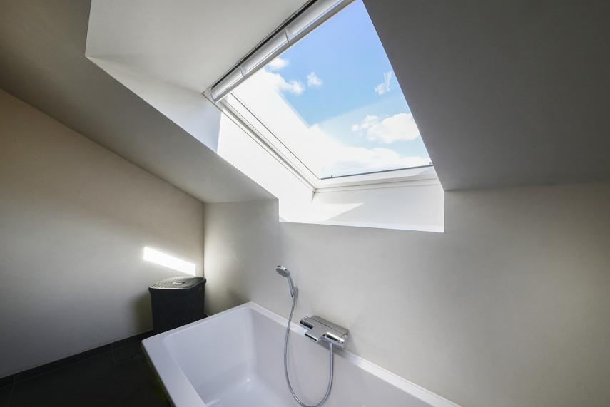 Velux raam in moderne badkamer