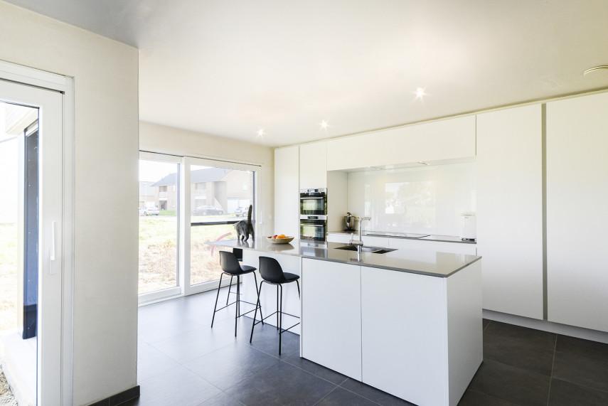 Moderne Diapal keuken op maat met wit hoogglans accent