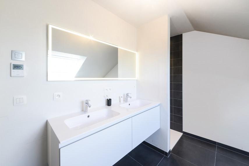 Moderne badkamer met donkere tegels