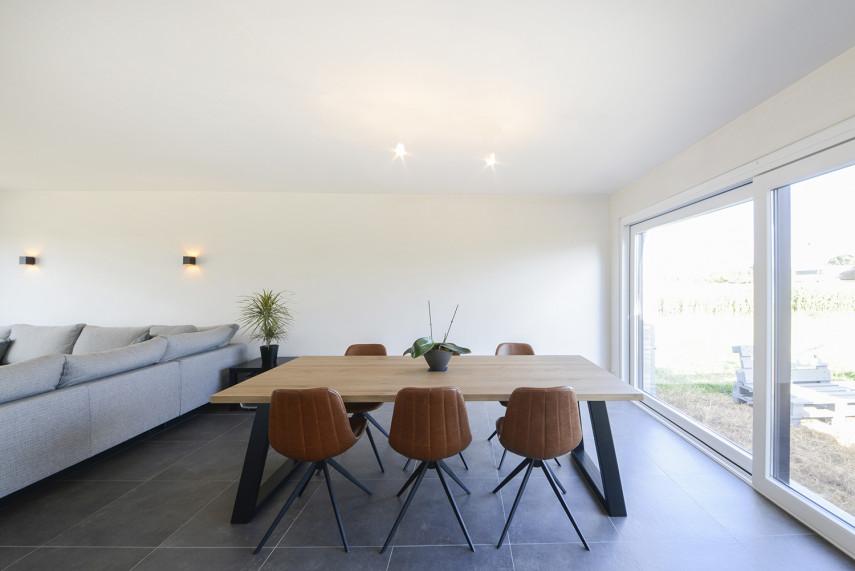 Moderne woonkamer met donkere tegelvloer