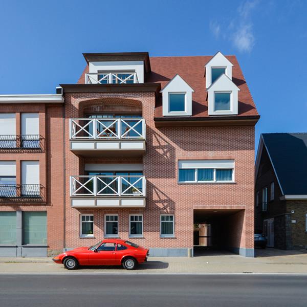 Bijna Energieneutraal appartementencomplex Dit ruim appartementencomplex bevindt zich vlak tegenover de kantoren van All-Bouw in Roeselare. Het bestaat uit 4 appartementen, allemaal voorzien van vloerverwarming en ook koeling op de vloerverwarming. Er wordt verwarmd met een geothermische warmtepomp. Op de gemeenschappelijke delen zijn zonnepanelen aangebracht om de warmtepomp aan te sturen. Op de gevel ziet u de gevelsteen Rodelandse Rijnvorm. Een rode steen met afgeronde hoeken en randen die zorgen voor het verweerde uitzicht van een herbruiksteen. Op het dak werd de tegelpan 301 Amarant gebruikt.