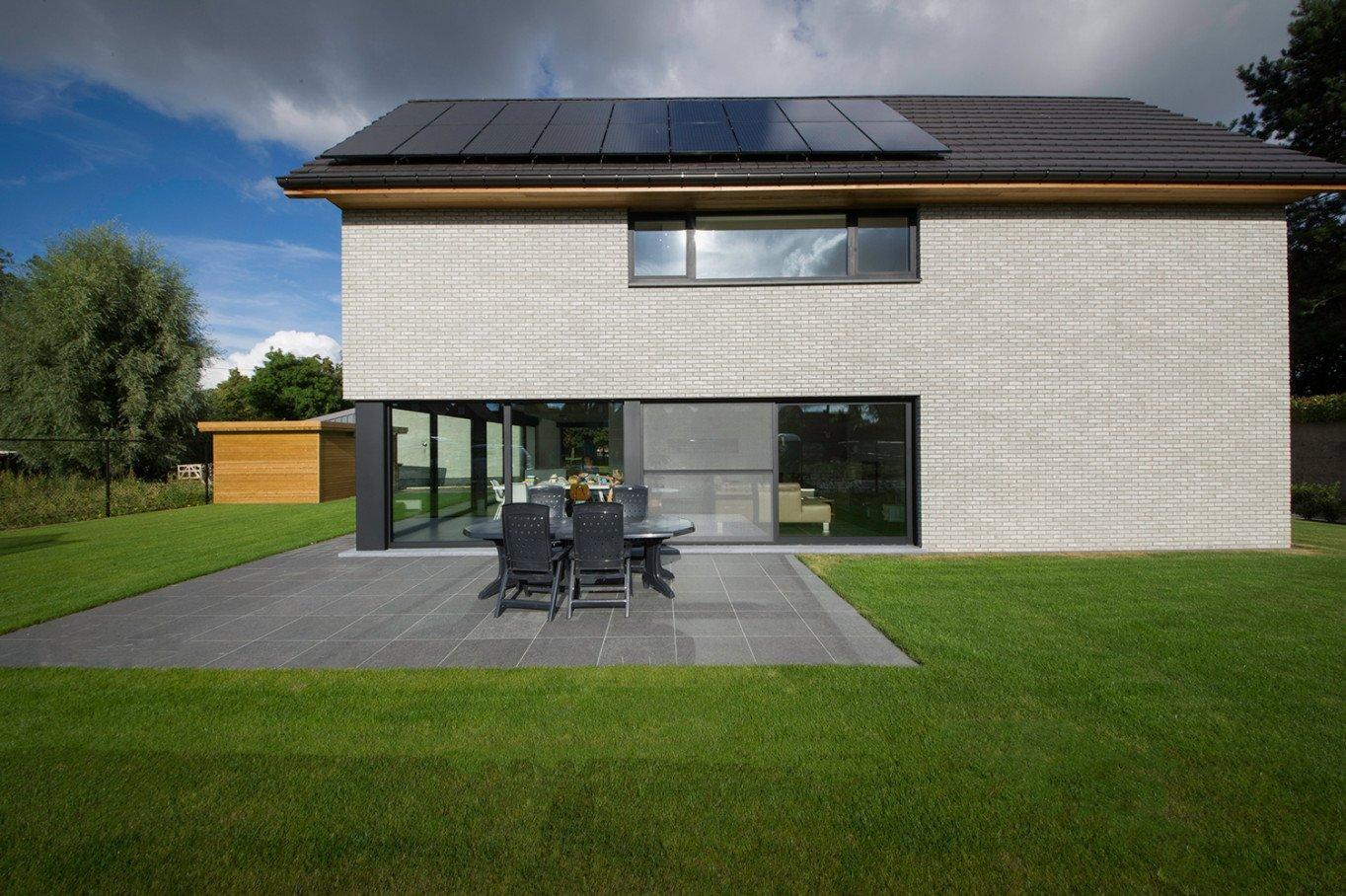 Bijna Energieneutrale nieuwbouw met zonnepanelen in moderne bouwstijl