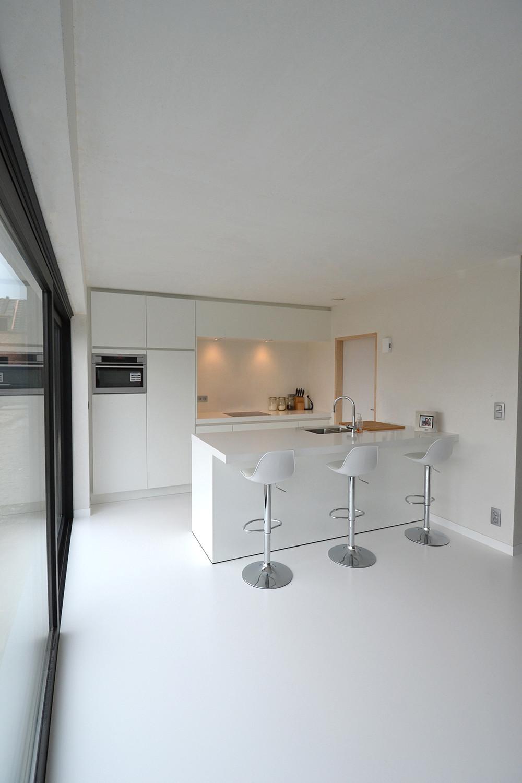 Nieuwbouwwoning met ingewerkte ramen in de keuken