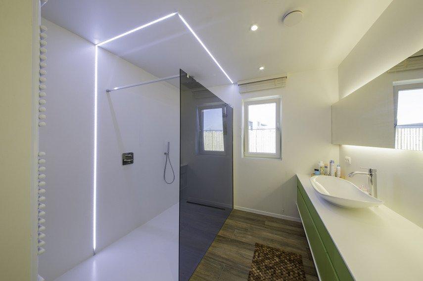 Badkamer met inloopdouche en handdoekradiator