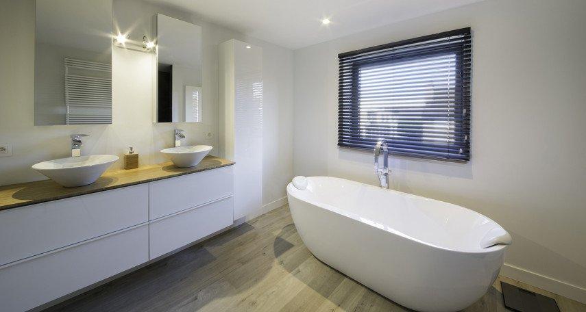 Uitermate moderne badkamer met losstaand bad