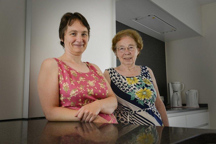 Moeder en dochter vertellen over hun ervaring met bouwbedrijf All-Bouw