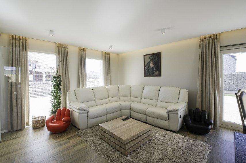 Moderne woonkamer met verlaagd plafond en indirecte verlichting