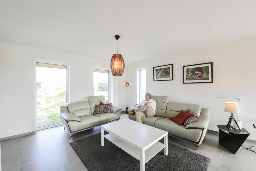 Moderne woonkamer in All-Bouw nieuwbouwwoning van Peter en Marieke