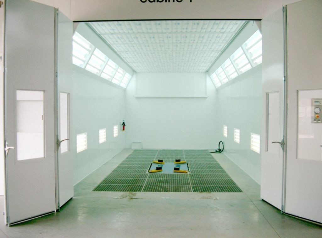 Down-draft automotive spray booth with grated floor and floor extraction