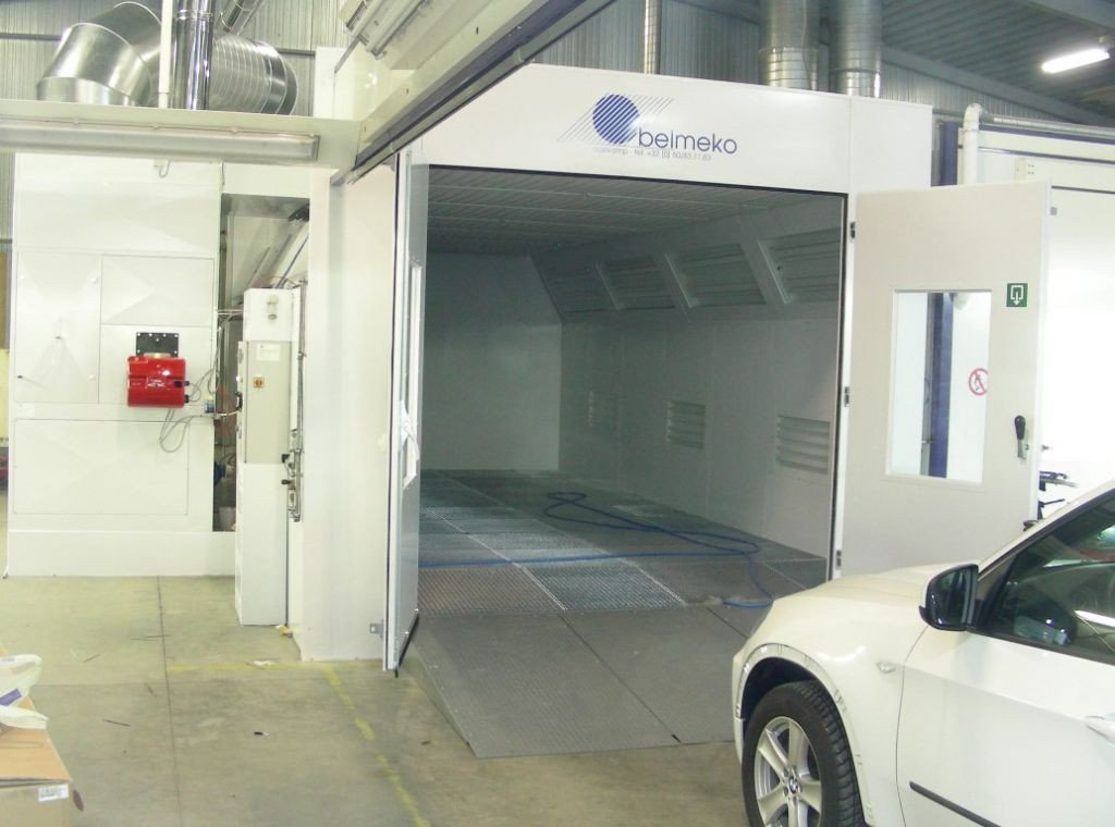 Automotive paint booth with socle to avoid groundwork and digging