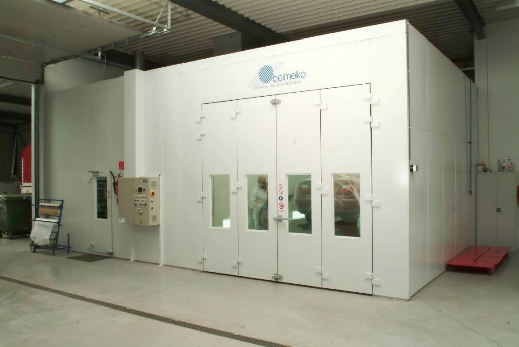 Un ensemble uniforme: cabine fermée et laboratoire de peinture