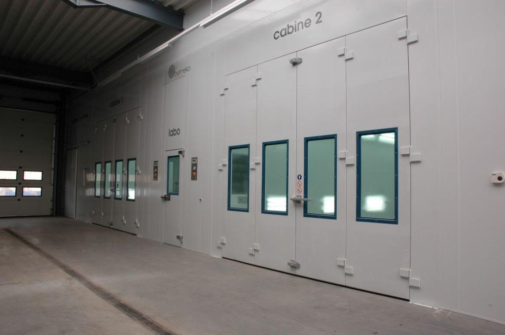 Accès direct de labo aux deux cabines de peinture automobile