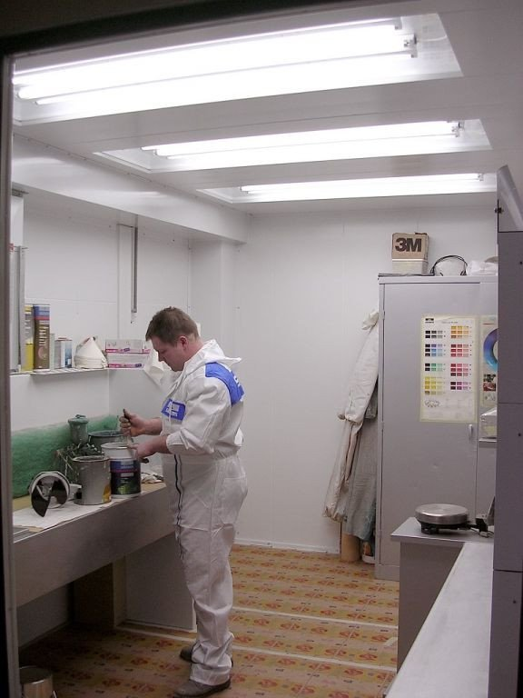 Paint and gun cleaning room with paint mixing table