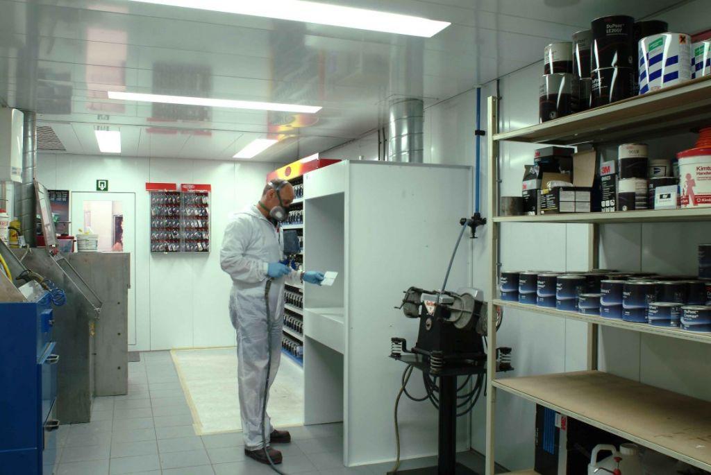 Grand labo de peinture avec table ventilée pour des petits tests