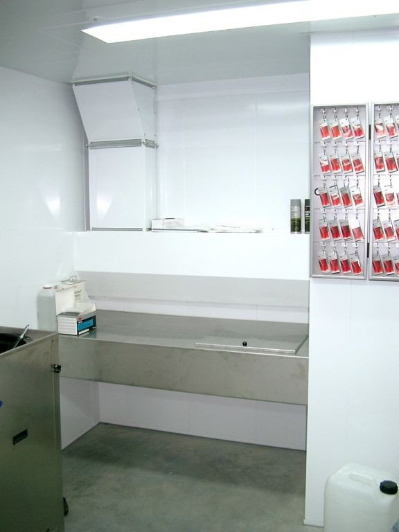 Gun cleaning room with mixing table