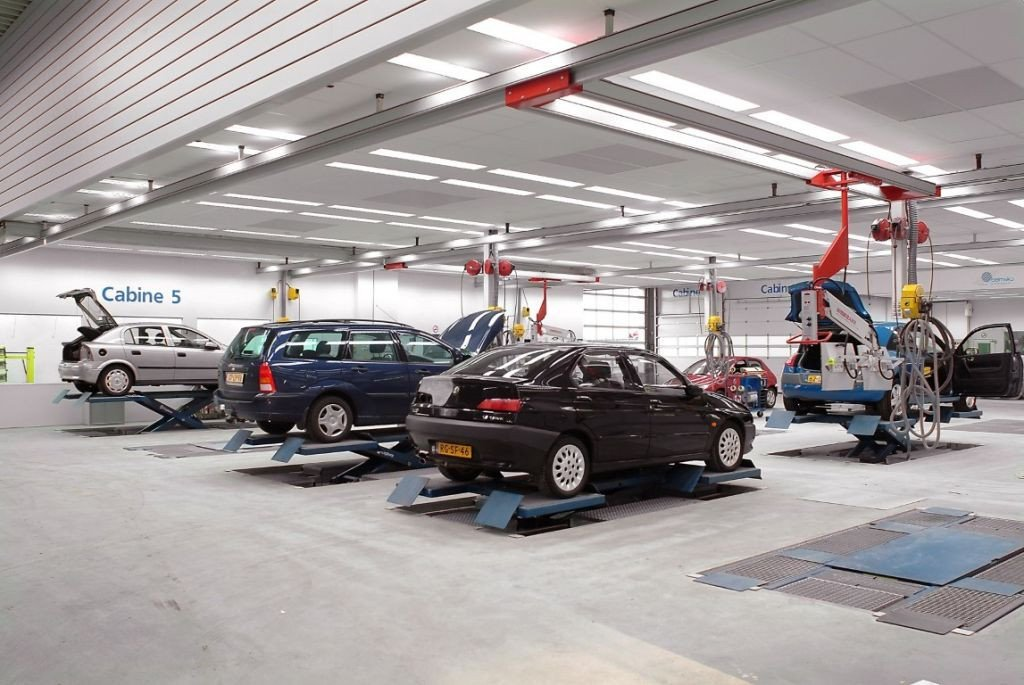 Working bays automobile including ceiling with lights