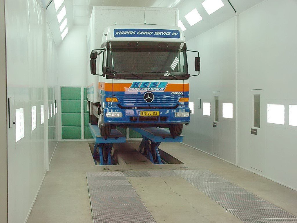 Opdeelbare vrachtwagenspuitcabine met hefbrug