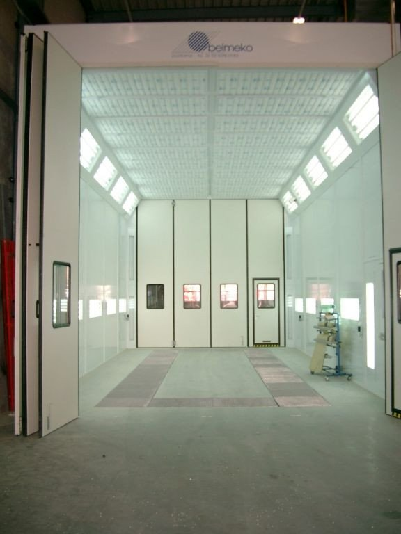 Paint spray booth for heavy vehicles with folding doors