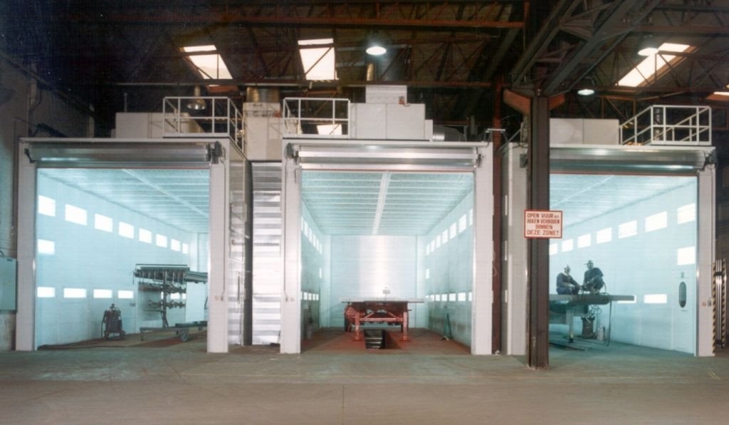 Spraybooth for trailers, containers and vertical ventilation with equipment on top of the spraybooths