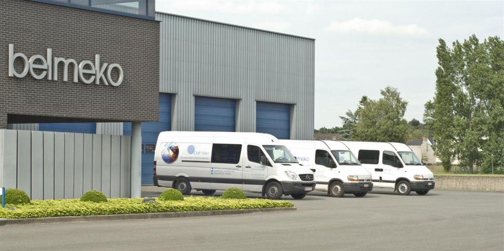 Différents camionnettes et un camion font partie du service de Belmeko