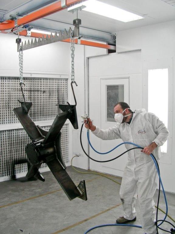 Cabine de peinture avec des balancelles dessous un mono-rail