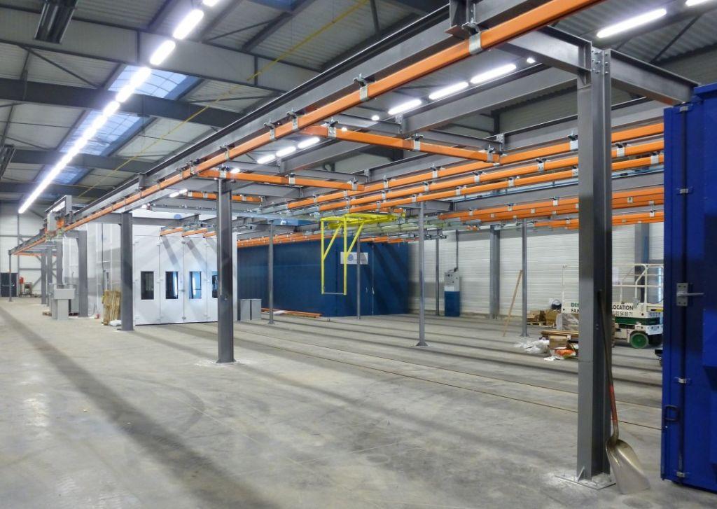 Manutention manuelle et transbordeur aérien dans une installation Multi-processus