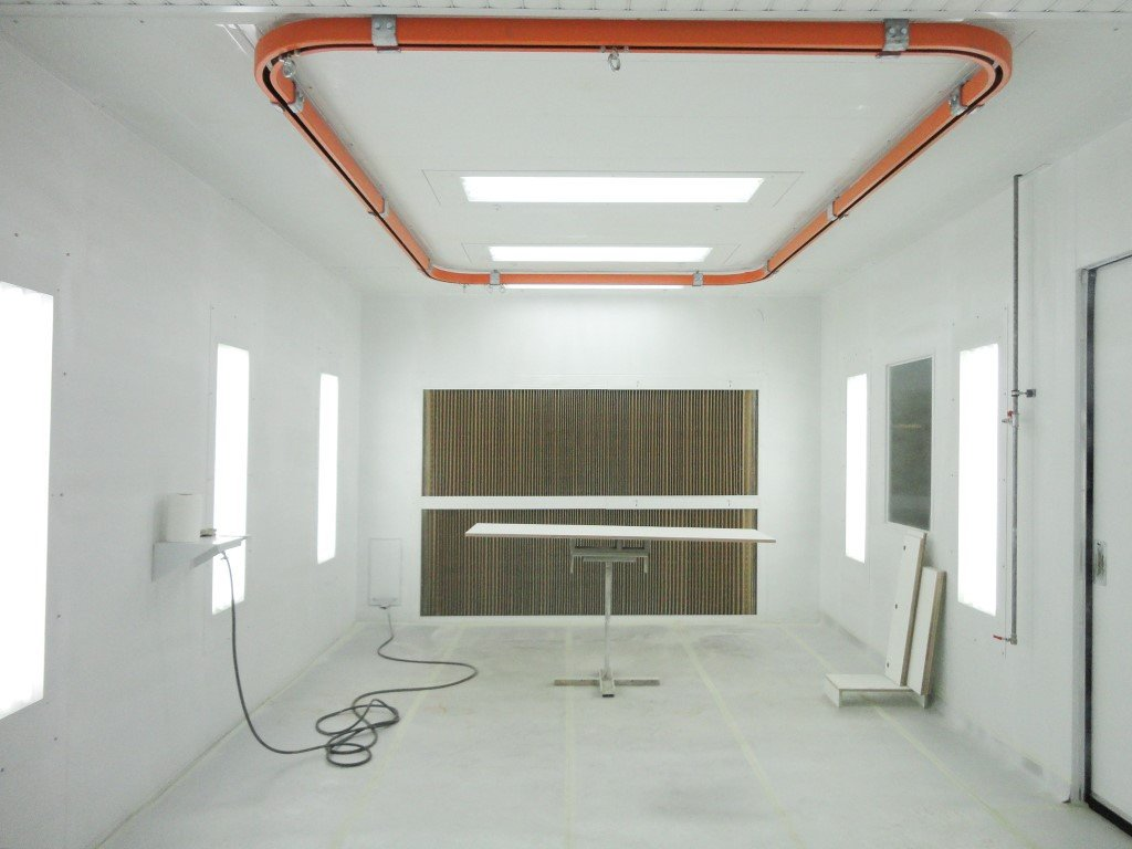 Painting cabin with manual conveyor system