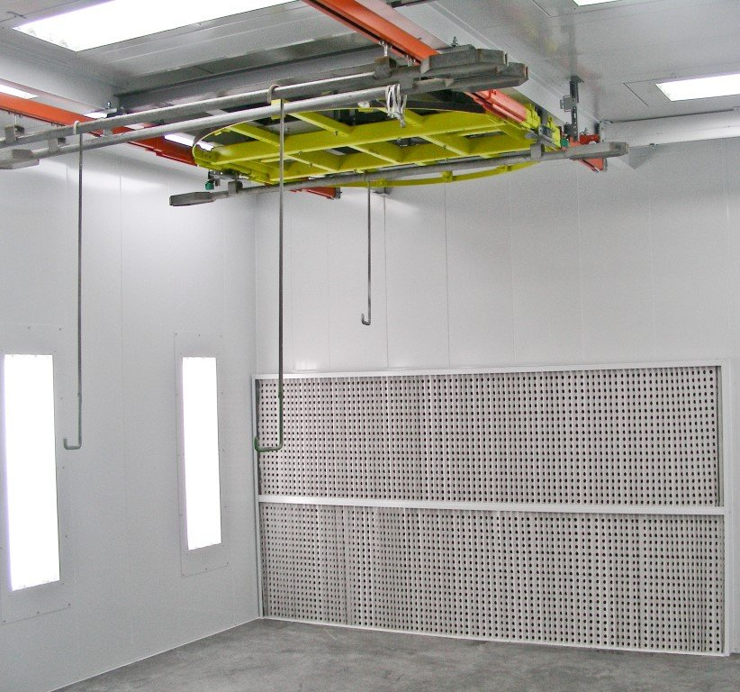 Commercial spray booth with turning point to rotate the pieces in front of the spray wall