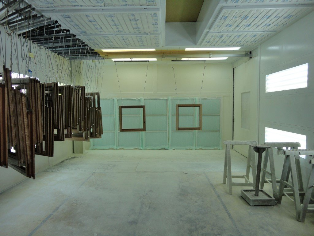 Paint finishing equipment for wooden windows: spraybooth with manual conveyor