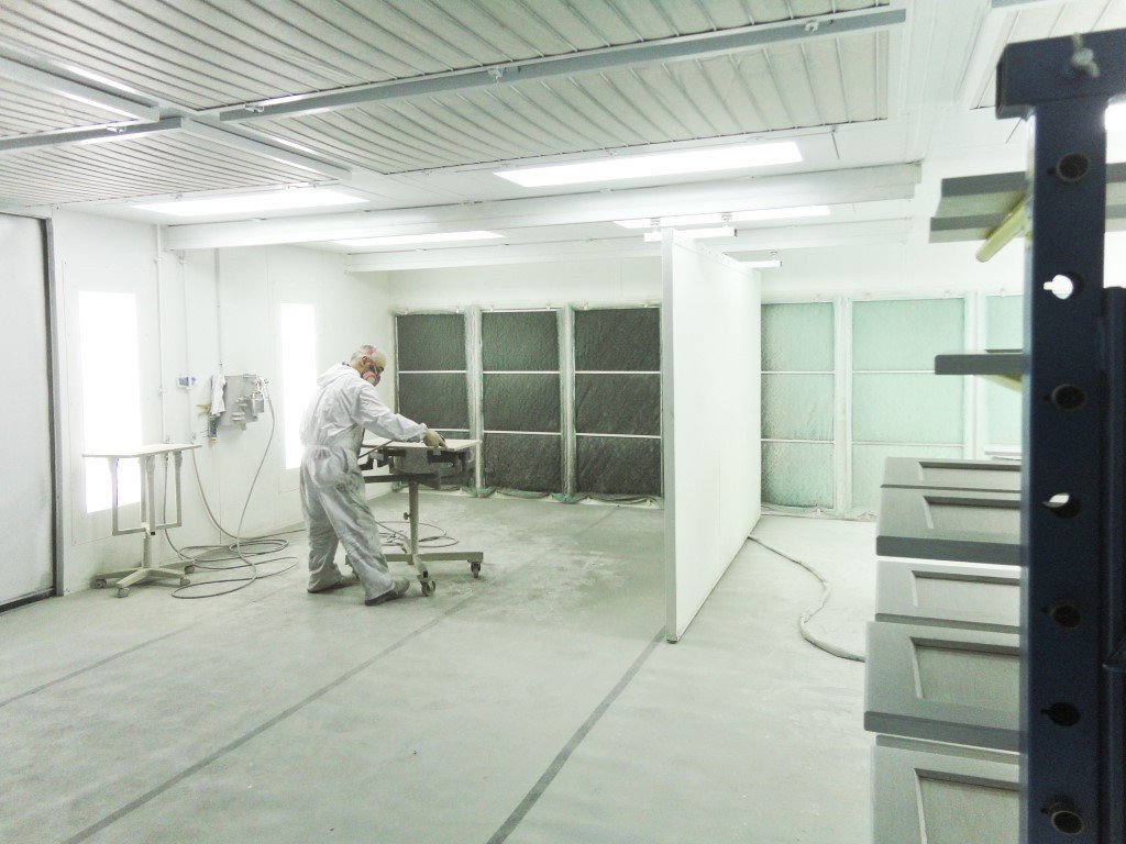 Two spray area for two painters in one spray booth