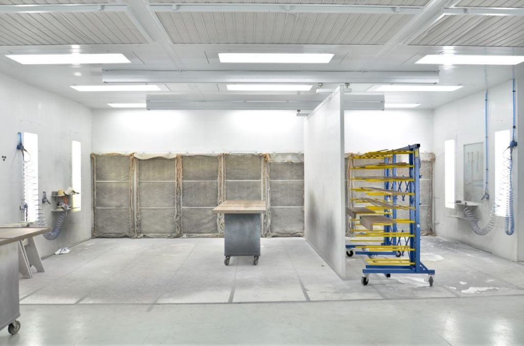 Dry filter spray booth which has 2 painting areas