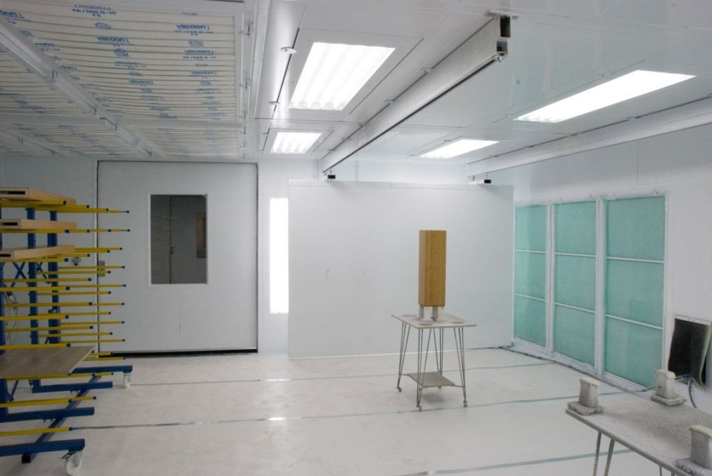 Wet paint booth for wood working industry