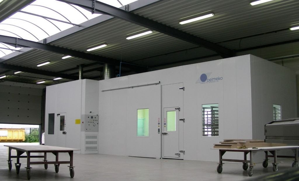 Spray/dry booth with mixing room for wood industry