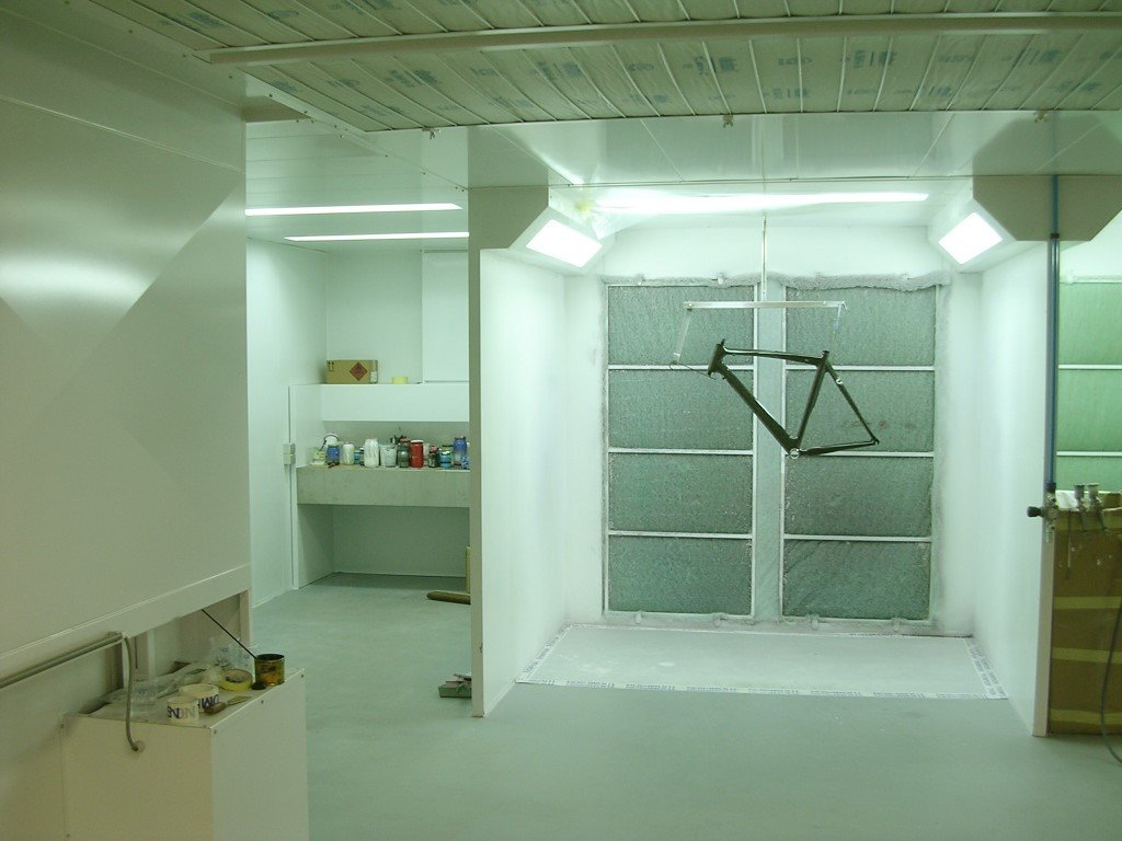 Spraywall with filters in the ceiling to prevent dust in the coating