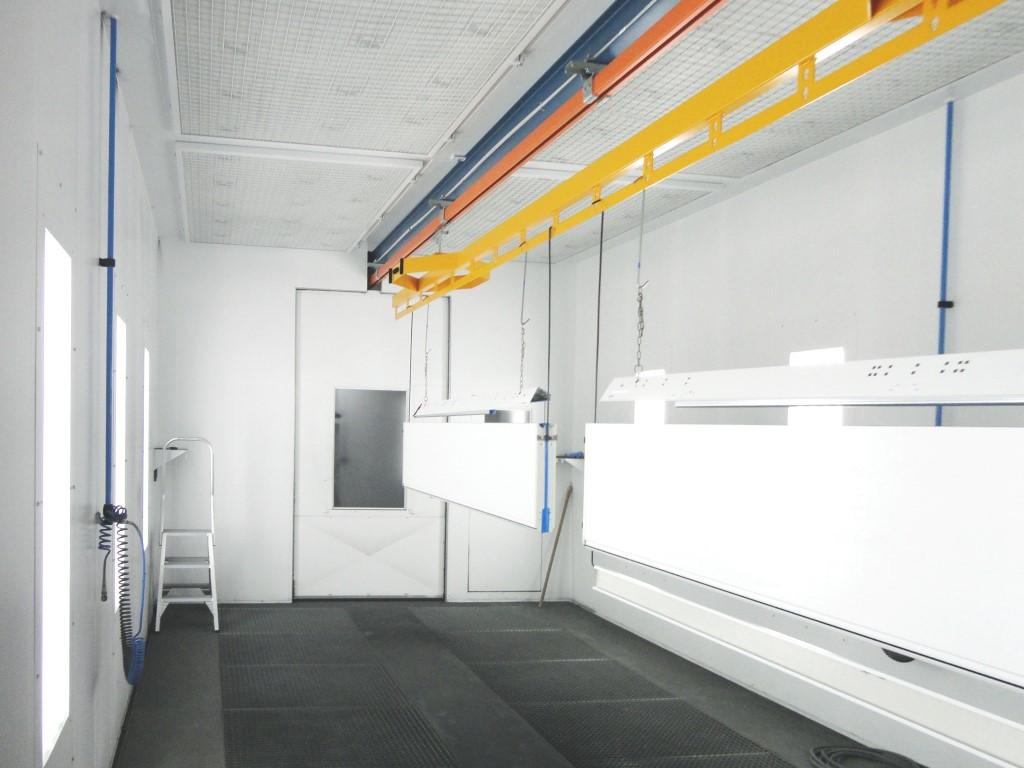 Manutention manuelle avec balancelle dans une cabine de peinture