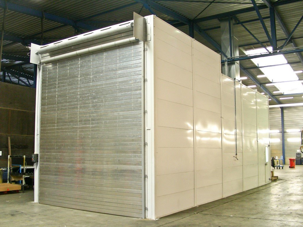 Wet spray painting booth with roller shutter