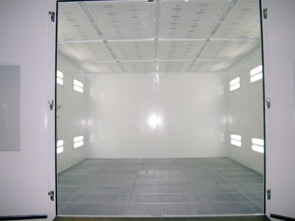 Dry filter spray booth with vertical air flow