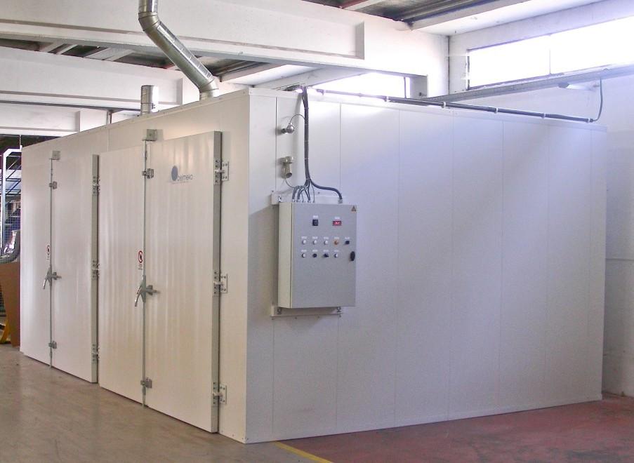 Un grand four de séchage industriel avec portes à double battant
