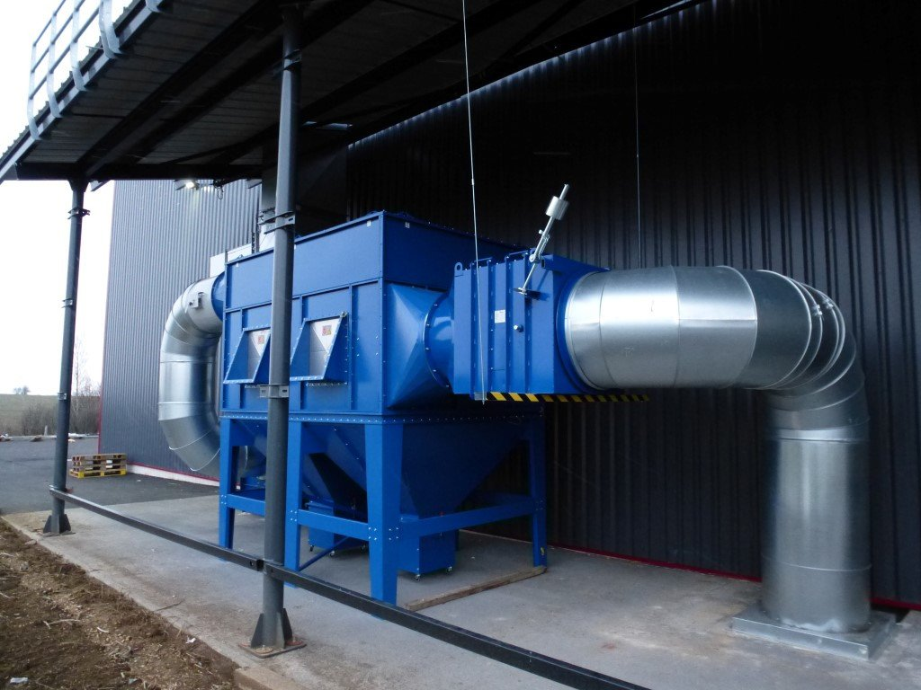 Dust filter for powder application outside the building