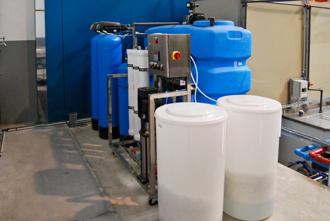 Demineralised water installation for the pre-treatment