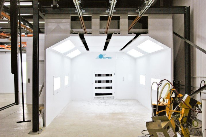 Manual powder spray booth with horizontal ventilation and lot of lighting