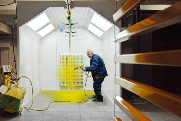 Powder spraybooth in compact powder installation