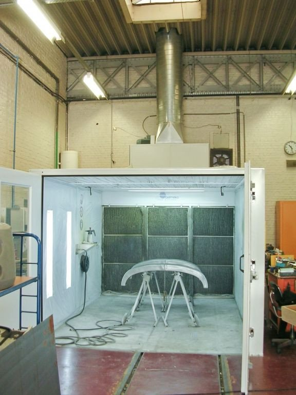Small paintbooth with activated carbon filter for VOC removal