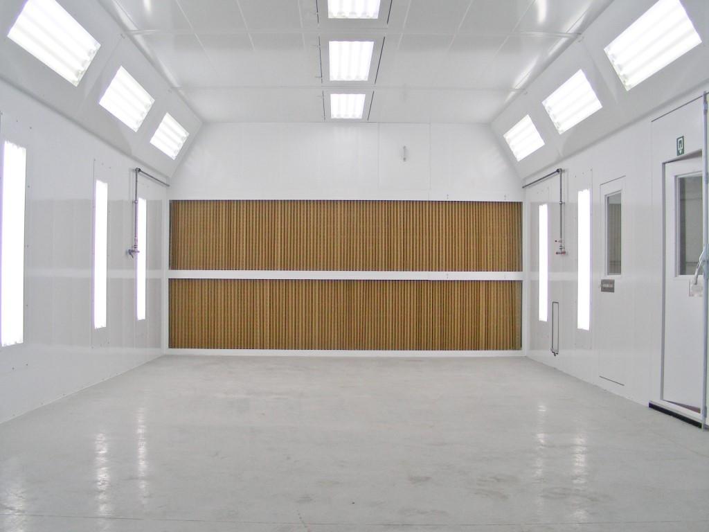 Spuitwand in een cabine met diagonale ventilatie