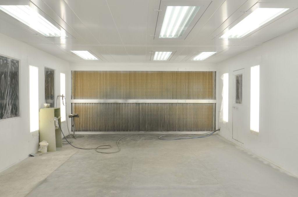 Mur aspirant à carton plissé dans une cabine de peinture fermée