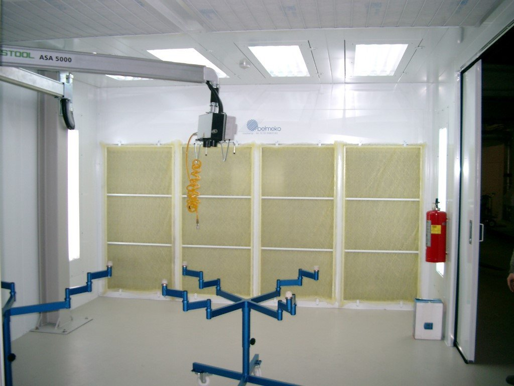 Sanding booth with recirculation