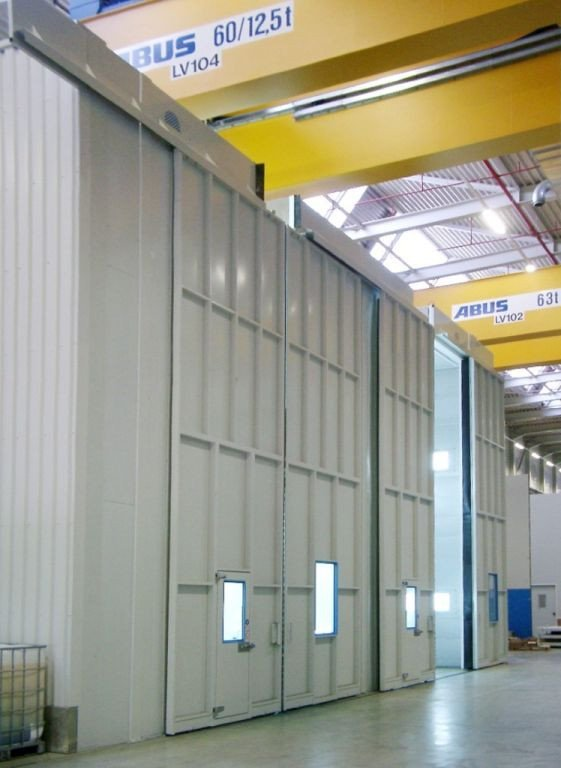 Heavy equipment paint booth: 8m high degreasing booth next to spray booth for very heavy and high parts