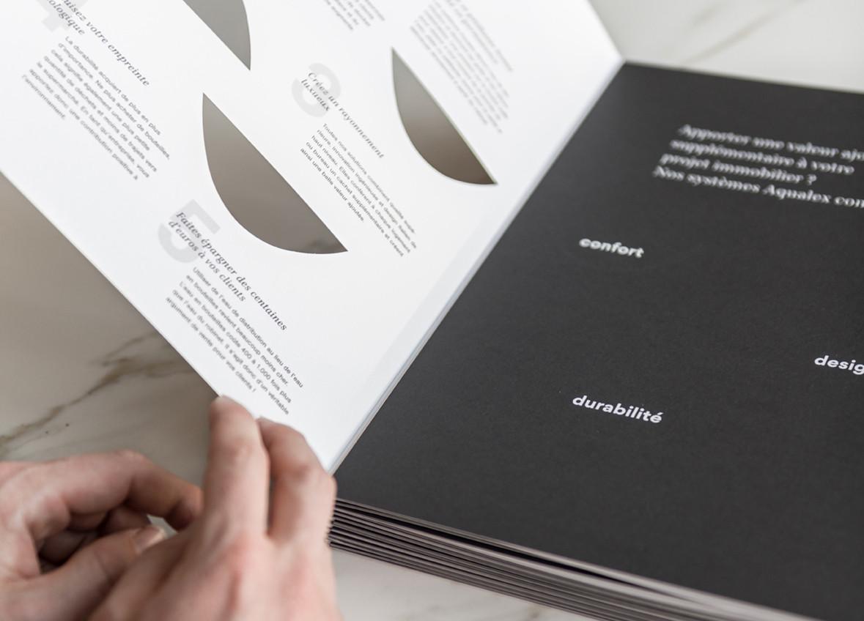 Een brochure een high end-imago geven, dat kan met een kapvorm en afwerking met spotvernis.