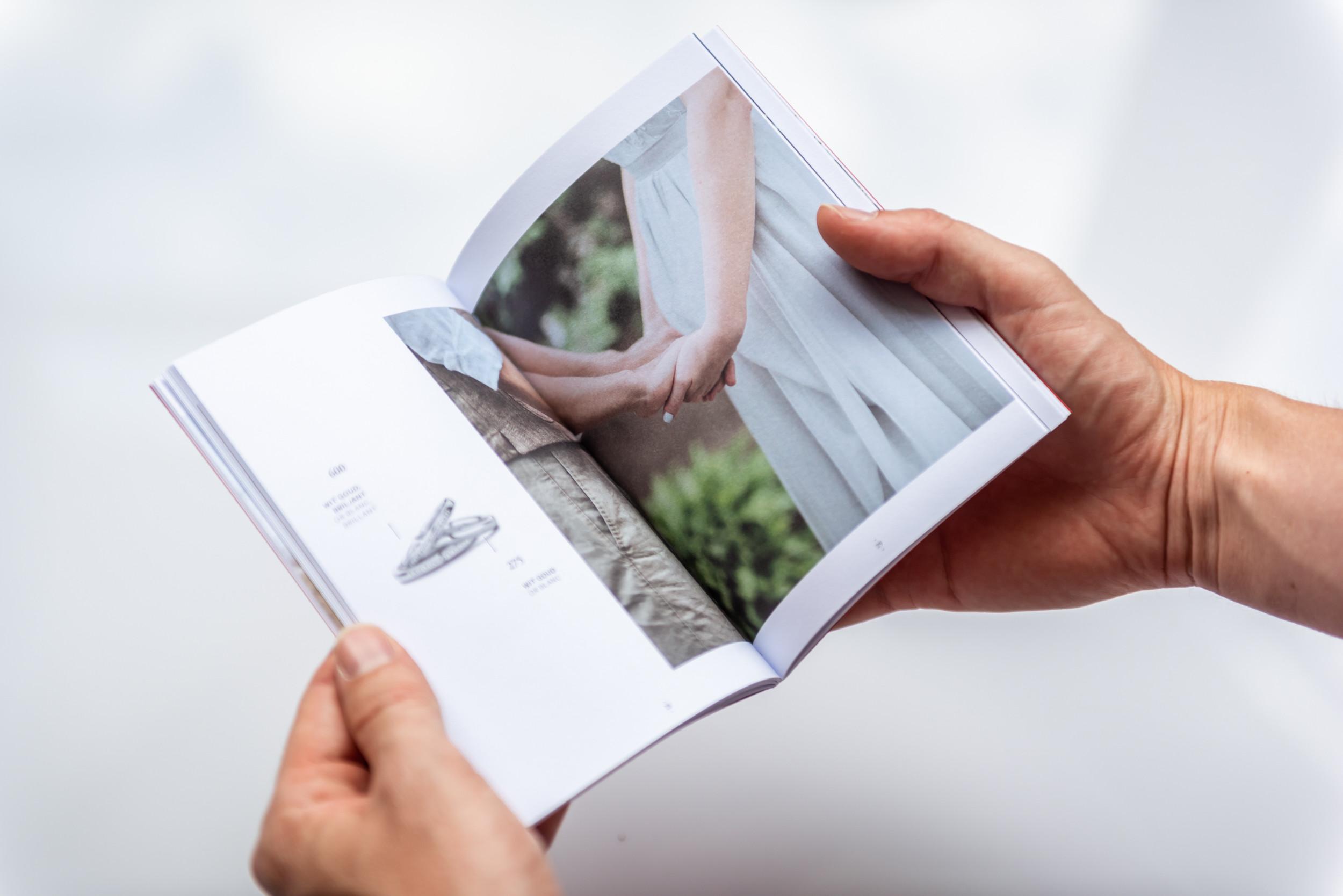 Detail van de stijlvolle brochure van DUO Trouwringen